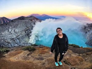 The Ijen Crater at sunrise 🌝 •• My Surabaya Travel Guide is now up #ontheblog 😊, including my adventures to Mount Bromo, Madakaripura Waterfall and Ijen Crater in just 3 days! •• I do not look great but just look at the view! Call time was 11.30pm the night before but it was so worth it 🙌🏻 •• #indonesia #surabaya #ijen #ijencrater #rahtravels #indonesia_photography #clozette