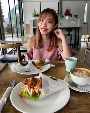 Bestie @cherylcheng5 takes the best pics of me with food 😆 • • • #carinneats #throwback #longweekend #brunch #clozette