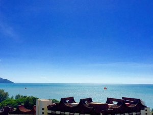 ~~this view is priceless, all thanks to a dear Uni friend's generosity 😍☺️😘 hello from Batu Feringgi, Penang Island! It was a beautiful hot Saturday, the sun, the sea, clear blue sky, what more can we ask for?~~ #clubinstagram #instagood #instamood #lifestyleblogger #bblogger #lifestyle #beauty #getaway #places #beach #sky #penang #batuferinggi #blue #sunny #view #horizon #nature #thatsdarling #flashesofdelight #thehappynow #abmlifeiscolorful #clozette #love #travel #iphonography