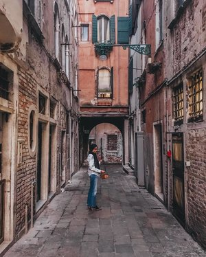 Even the dingiest alleys in Venice had their charm 💘 Venice is a top contender for my most favourite city in the world, what's yours?  #tbt
