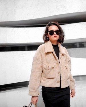 Trying to stay on the sunny side of life . . . . . . . . . . . . . . . . . . . . . . . .  #koreatrip #korea🇰🇷 #koreatravel #fashionblogger  #fashionpic #clozette #korea #koreangirl #koreanfashion #winteroutfit #winter #winterfashion #winterstyle #wintervibes #winter❄️ #wintercollection #ootdwinter #ootdfash #warmemorialkorea #girlslovetravel #warmemorial #favesfashion
