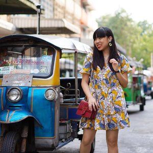 T U K T U K ;  Who took the better photo?  I think I took it better for bun 😜😜😜 there was a whole row of tuk tuks parked outside our hotel to choose from 🤣 @greytan1  #clozette #ootd #ootdsg #potd #picoftheday #wiwt #whatiwore #bangkok #tuktuk #travelogue #wanderlust #greyvantravels #tvd #tvdootd  #wearlovelystrokes