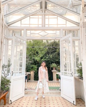 Golden hour in the most beautiful greenhouse in Seoul! 🌵🌿🍃 We got lucky and entered the palaces for free (it was a public holiday!) and right there, tucked away in the corner of the Changgyeonggung grounds was this Victorian-style greenhouse called Daeonsil. ✨ I've only ever seen it on Instagram so visiting it in real life was definitely a surreal moment — pictures really don't do this botanical garden justice. So glad I had the chance to check out the space and the plants in them! 🥰 #daeonsil #대온실 #suitcasetravels #weekendslikethese #morningslikethese #dametraveler #thespacesilike #searchwandercollect #justbehue #clozette #howihue #walltraveled #colourcolourlovers #prettylittleiiinspo #seoultravel #한국여행 #visitseoul #iwearlovebonito #theclosetlover #charlesandkeithsg #imwithcharleskeith