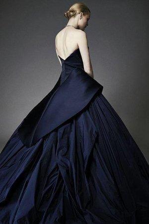 I'm sooooo in love with this Zac Posen Resort 2015 dress! It's absolutely stunning! xoxo, Roxanne