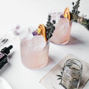 Because it's Friday and I got my lashes touched up at @luxmierebeauty, here's some thirst-inspiring cocktails to celebrate the end of the week!  Photo: @watford_florist