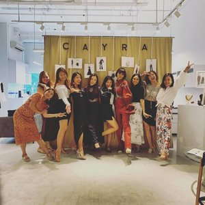 I probably am the least qualified to talk about style considering my 95% black wardrobe, especially when in the presence of these beautiful ladies, but it was certainly lovely connecting with them over this afternoon's #ClozetteCHATS . Many thanks to @cayra.official for graciously hosting us. To many more! #Clozette #cayraofficial