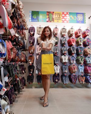 I'm ready for my next getaway as I chose a pair of Slim Glitter flip-flops from @havaianasphilippines SM Mall of Asia store. Will show you a closeup look on my next time 😊💕 . . #I❤️HAVAIANAS #LetsSummer #MadeInBrazil #HavaianasPhilippines