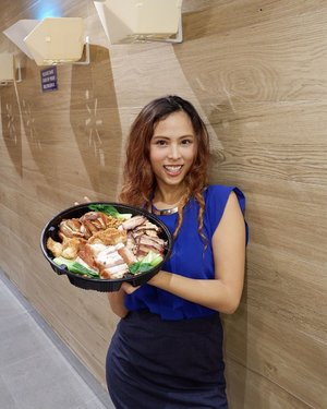 Working overtime? Don't know where to eat dinner?  In case you haven't heard the news yet, the newest branch of @hawkerchanphilippines is now open as of today. It's just on the ground floor and outside of the mall just across Landmark. What I'm holding in this pic is their Roast Combination Platter P1560 good for 8-10 pax so best to share it with your colleagues, family or friends. . . Yes, I gained weight! But you know what? I still love my body 😝 Everyone has their own unique body type and this should be celebrated! . . 📷: @jacexperience . . #hawkerchanphilippines