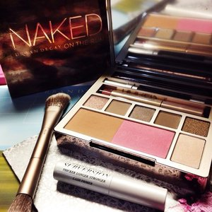 It's TGI-FRIYAY! 🎉 And what better way to celebrate such a wonderful day than for me to crack open this BRAND NEW LIMITED EDITION all-in-one Naked On the Run Palette! Talk about having an amazing morning! What makes it better is that it has EVERYTHING I need for a complete look 😍 so I can forget about the copious amounts of makeup items I normally require and just narrow it all down to this ONE palette which comes loaded with SIX ALL-NEW eyeshadow shades, a bronzer, blush, full-sized lip gloss, eye pencil and mascara!? Well-rounded indeed!AND YOU KNOW WHAT'S THE BEST PART? You can own this piece of gorgeousness too simply by heading to ANY Sephora outlet TODAY! 💕 It is sold at SGD $85, which is almost the same price as the eyeshadows - except that this comes with so much more! Plus, we have a special deal to share with you! The FIRST TWO customers in queue who purchase this NAKED on the Run palette at 6PM TODAY will be gifted with the NAKED Vault (loaded with tons of UD's most-coveted Naked products, total valuing over SGD $550!!!). The next 4 in queue will be eligible to purchase the Naked Vault AT ONLY $388 (along with purchase of Naked on the Run). The first 100 customers will also receive a deluxe sample of UD's Anti-aging Eyeshadow Primer Potion. 👍 There's nothing else to wait for, so you guys know just where to be this Friday evening! #clozette #urbandecaysg #UD #urbandecay #sephora #GetKlarity