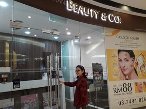 After busy of hectic schedules, finally I had the time to relax & pampering myself at Beauty & Co Paradigm (@aimon.beautyandco) outlet. Basically my face don't have much problem, but I need to ensure my skin is well maintained. A 90 mins sessions of Gold De Youth Facial, can restore healthy cells with luxurious properties, obtaining youthful glowing skin. My pores became finer & skin felt hydrated, glow & smoother! Then I came again for 60 mins of Full Body Massage, a full body aeromatherapy massage using 100% natural botanical oil imported from France with no pareben and mineral oil for true relaxation. My body felt so refresh & relaxing after the massage. The best way to end my weekday. Thanks @beautynco.bc for pampering me with these treatments. 😊 🤓🙆🍯 #BeautyandCo #BeautyandCoParadigmMall #BeautySaloon #BeautyRegime #SkinCare #Complimentary #Blessed #Randompics #Blogger #MalaysianBlogger #LifestyleBlogger #Influencer #Clozette #StarClozetter #instaphoto #instapic #igers