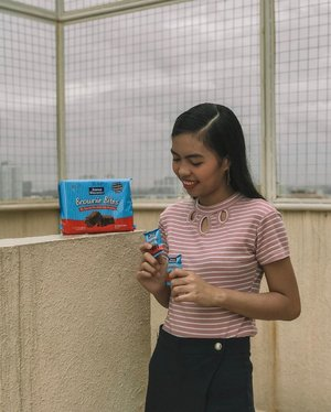 Taking a quick break from all our shooting preps with my current fave snack @superdelightsbrowniebitesph 😋 You all know that I'm a huge fan of anything chocolate! It's really nice that they've already come in this bite and pocket friendly size! I can bring it anywhere with me 😉  Also, don't miss out on their ongoing giveaway! Get a chance to win cash prizes and a box Brownie Bites!! Swipe right to see the mechanics ❤️ #SuperDelightsMoments