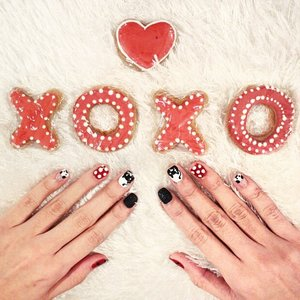 I couldn't decide which @poshtipsph nail art design to get, so I got all! Haha. On another note, Valentine's Day is coming! Who are you going to spend it with? ❤️❤️❤️ #nails #poshtipsph #poshtipsnica #cookies #valentines #clozette #clozetteco #beauty #charleneajose